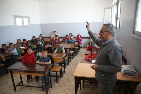 Zeytin Dalı Harekatı kapsamında terör örgütü PYD/PKK'dan temizlenen Suriye'nin Afrin bölgesinde teröristlerin zarar verdiği okullar, Türkiye'nin desteğiyle onarılarak eğitim-öğretime hazır hale getiriliyor. Onarımı yapılan bazı okullarda eğitim-öğretim devam ediyor. Terörün zulmünün unutulmaya çalışıldığı bölgede sokaklarda okula giden çocuk sesleri yankılanıyor. ( Halil Fidan - Anadolu Ajansı )