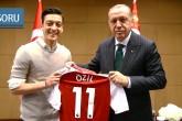 Cumhurbaşkanı Recep Tayyip Erdoğan, İngiltere'nin başkenti Londra'da Premier Lig'de oynayan Türk asıllı futbolcu Mesut Özil'i kabul etti. Özil, Cumhurbaşkanı Erdoğan'a imzalı formasını hediye etti.