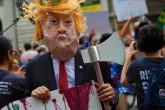 ABD'de New York'un Manhattan ilçesinde Trump Kulesi yakınlarında Trump'ın Kuzey Kore ve Venezuela'yı tehdit etmesinden sonra yapılan protestolardan bir kare.