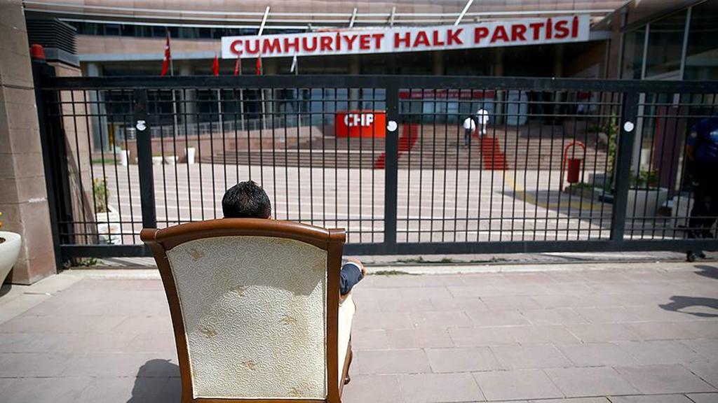 CHP Genel Merkezi önünde oturma eylemi yapan bir CHP seçmeni