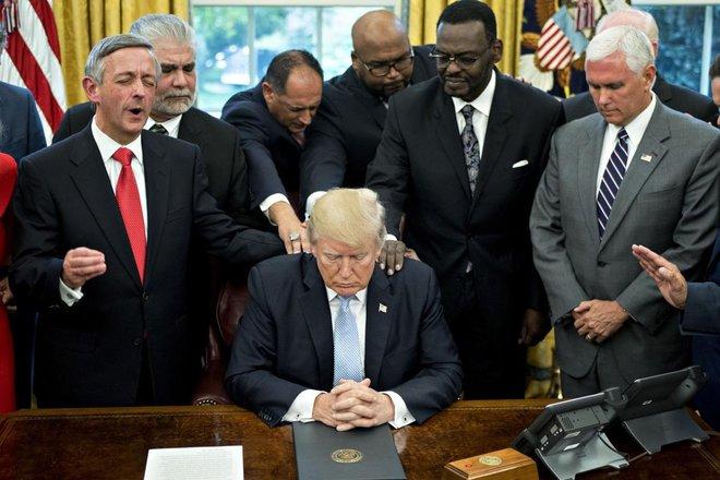 Oval Ofis'te Trump ve ekibi