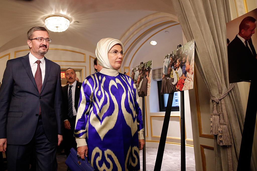 """Birleşmiş Milletler (BM) 73. Genel Kurulu Görüşmelerine katılmak için New York'ta bulunan Cumhurbaşkanı Erdoğan'a eşlik eden Emine Erdoğan (sağda), Siyaset, Ekonomi ve Toplum Araştırmaları Vakfı (SETA) Washington DC Şubesinin düzenlediği """"Günümüzdeki İnsani Sınamalara Karşı Türkiye'nin Rolü"""" başlıklı panele katıldı. Emine Erdoğan, burada yer alan fotoğraf sergisini de gezdi."""