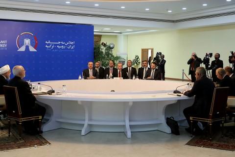 """Türkiye Cumhurbaşkanı Recep Tayyip Erdoğan, İran Cumhurbaşkanı Hasan Ruhani ve Rusya Devlet Başkanı Vladimir Putin'in """"Suriye"""" meselesi için gerçekleştirdikleri Türkiye-Rusya-İran Üçlü Zirvesi İran Liderler Konferans Salonu'nda başladı."""
