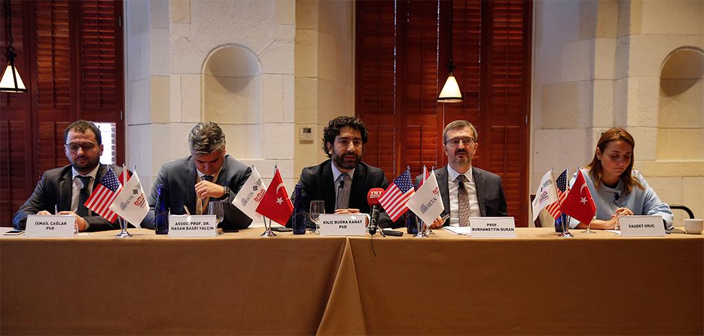 """Siyaset, Ekonomi ve Toplum Araştırmaları Vakfı (SETA), Türk Miras Vakfı (THO) ve Sabah Yazarlar Kulübü tarafından New York'ta """"Turkey Today"""" başlıklı panel düzenlendi. Panele, SETA Genel Koordinatörü Prof. Dr. Burhaneddin Duran (sağ 2), Cumhurbaşkanı Başdanışmanı Saadet Oruç (sağda), SETA Strateji Araştırmaları Direktörü Hasan Basri Yalçın (sol 2), SETA Toplum ve Medya Araştırmaları Direktörü İsmail Çağlar (solda), ve SETA DC Araştırma Direktörü Kılıç Buğra Kanat (ortada) katıldı."""