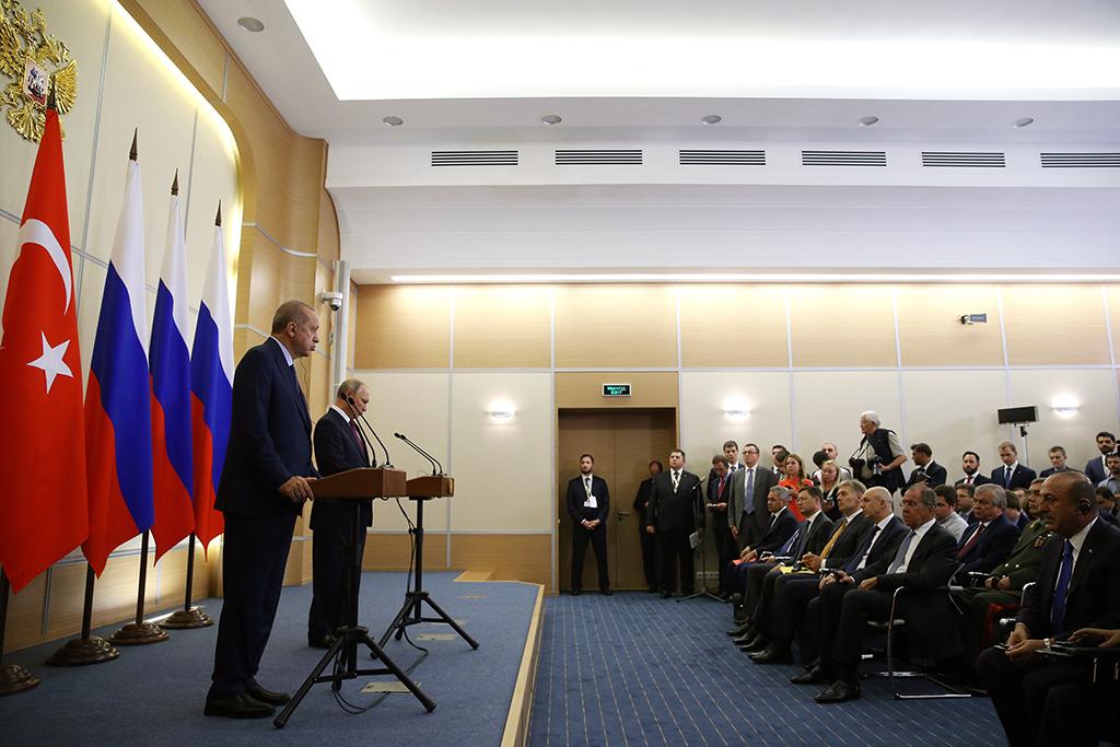 Rusya'nın Soçi kentinde bir araya gelen Türkiye Cumhurbaşkanı Recep Tayyip Erdoğan (solda) ve Rusya Devlet Başkanı Vladimir Putin (sağda), ikili ve heyetler arası görüşmenin ardından ortak basın toplantısı düzenledi