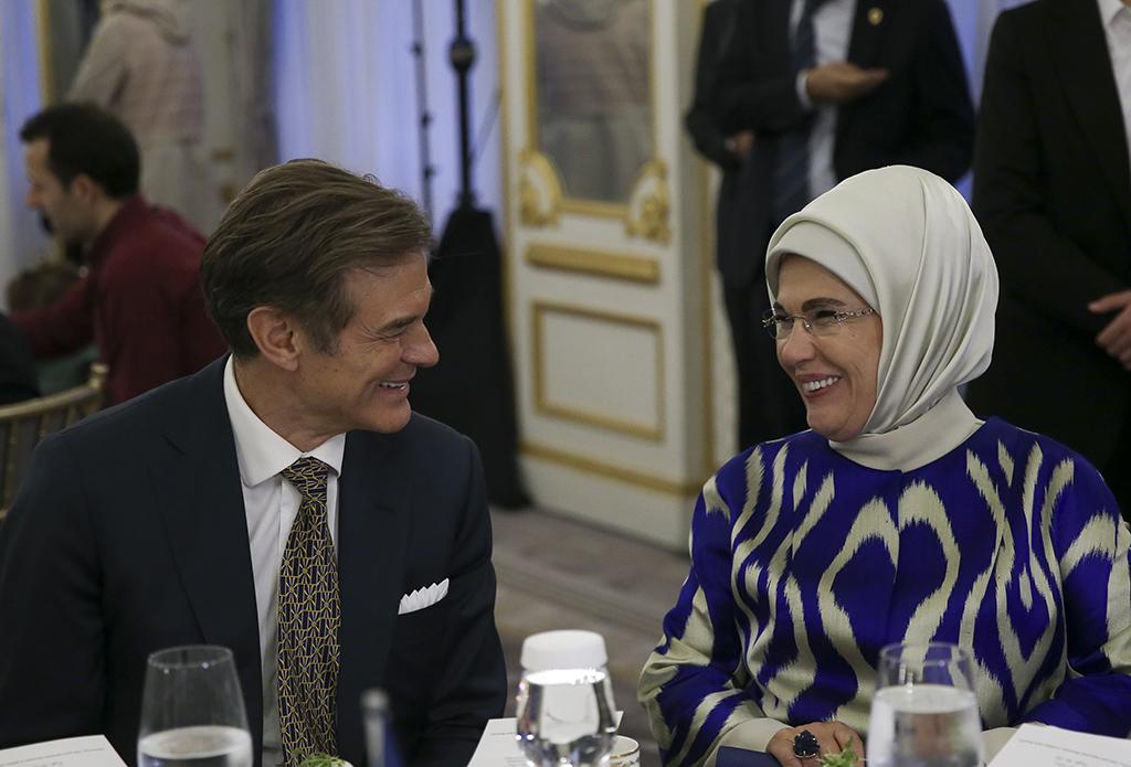 """Birleşmiş Milletler (BM) 73. Genel Kurulu Görüşmelerine katılmak için New York'ta bulunan Cumhurbaşkanı Erdoğan'a eşlik eden Emine Erdoğan (sağda) ve ABD'de yaşayan ünlü Türk cerrah Dr. Mehmet Öz (solda), Siyaset, Ekonomi ve Toplum Araştırmaları Vakfı (SETA) Washington DC Şubesinin düzenlediği """"Günümüzdeki İnsani Sınamalara Karşı Türkiye'nin Rolü"""" başlıklı panele katıldı."""