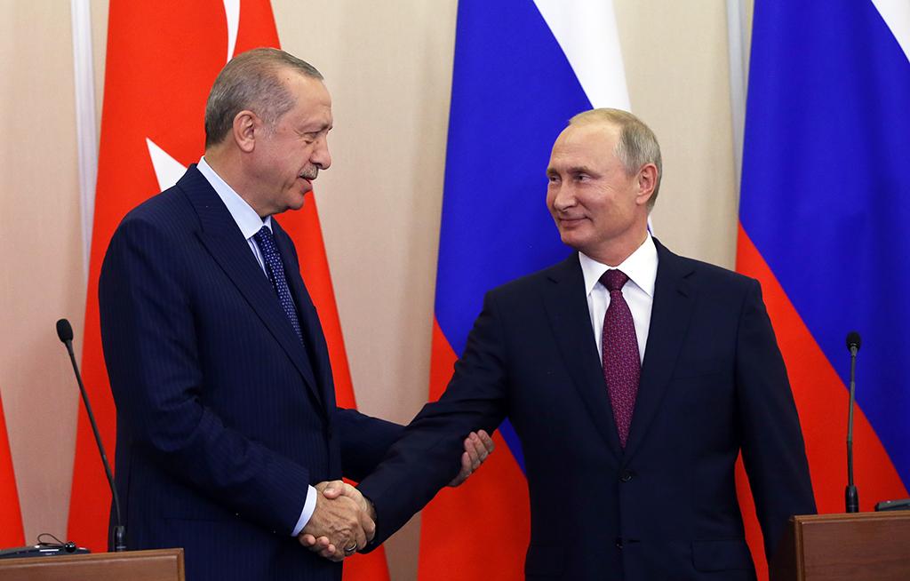 Soçi, Rusya | 17 Eylül, 2018: Türkiye Cumhurbaşkanı Recep Tayyip Erdoğan ve Rusya Devlet Başkanı Vladimir Putin ortak basın toplantısında el sıkışırken.
