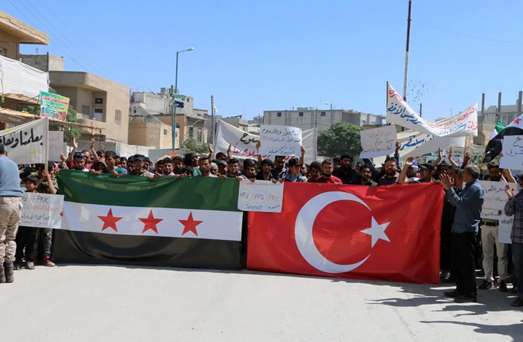 Suriye'nin kuzeyinde gerçekleştirilen Fırat Kalkanı Harekatı'nda terörden arındırılan Cerablus ilçesinde, terör örgütü YPG/PKK'nın ülkenin kuzeyindeki işgaline karşı gösteri düzenledi. (6 Nisan 2018)