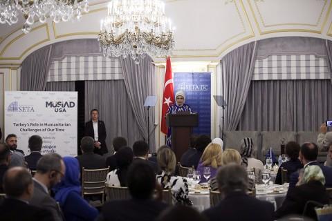 """Birleşmiş Milletler (BM) 73. Genel Kurulu Görüşmelerine katılmak için New York'ta bulunan Cumhurbaşkanı Erdoğan'a eşlik eden Emine Erdoğan, Siyaset, Ekonomi ve Toplum Araştırmaları Vakfı (SETA) Washington DC Şubesinin düzenlediği """"Günümüzdeki İnsani Sınamalara Karşı Türkiye'nin Rolü"""" başlıklı panelde konuştu."""