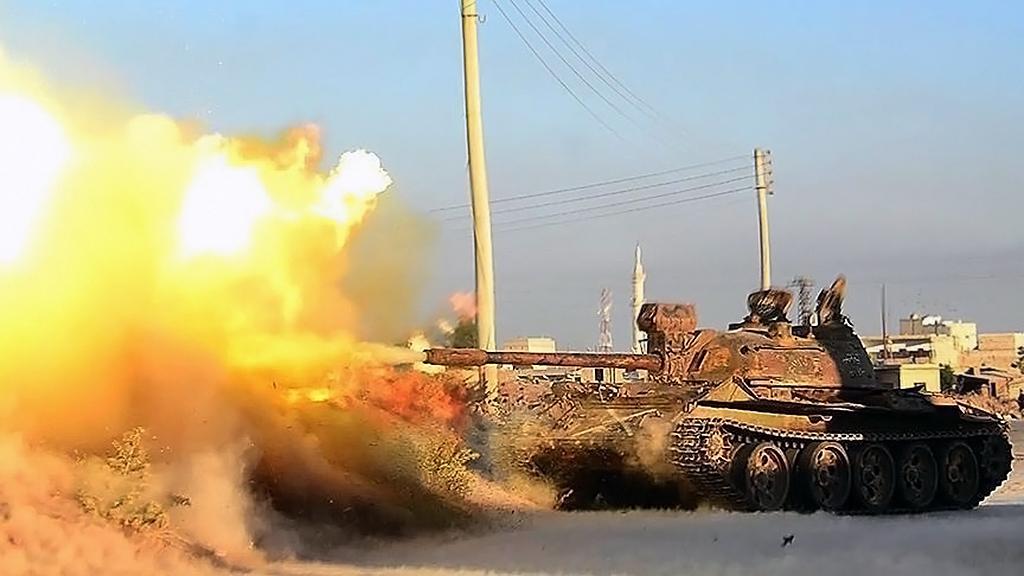 Suriye'de DEAŞ teröristlerine karşı atış yapan bir muhalif tankı (Ağustos 2015)
