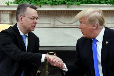 12 Ekim 2018, Washington DC | ABD Başkanı (sağda)  Donald Trump, Rahip Andrew Craig Brunson  (solda) ile Beyaz Saray'da buluştu.