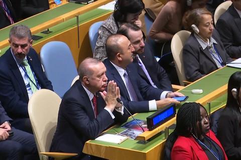 Birleşmiş Milletler (BM) 73. Genel Kurulu Görüşmeleri 140'tan fazla devlet ve hükümet başkanının katılımıyla başladı. Toplantıya, Cumhurbaşkanı Recep Tayyip Erdoğan (solda), Dışişleri Bakanı Mevlüt Çavuşoğlu (ortada) ve Hazine ve Maliye Bakanı Berat Albayrak (sağda) da katıldı.