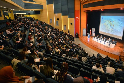 """Sakarya Üniversitesi Ortadoğu Araştırmaları Merkezi (ORMER) ve Siyaset Ekonomi ve Toplum Araştırmaları Vakfı (SETA) işbirliğiyle düzenlenen """"Ortadoğu'da Siyaset ve Toplum Kongresi"""", SAÜ Kültür ve Kongre Merkezi'nde gerçekleştirildi."""