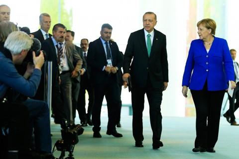28 Eylül 2018, Berlin | Türkiye Cumhurbaşkanı Recep Tayyip Erdoğan (sağ 2), Berlin'de Almanya Başbakanı Angela Merkel (sağda) ile bir araya geldi. Cumhurbaşkanı Erdoğan ve Başbakan Merkel, görüşmenin ardından ortak basın toplantısı düzenledi.