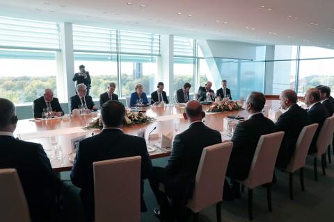 Türkiye Cumhurbaşkanı Recep Tayyip Erdoğan (sağ 5), Berlin'de Almanya Başbakanı Angela Merkel (sol 4) ile bir araya geldi. Toplantıya Dışişleri Bakanı Mevlüt Çavuşoğlu (sağ 6), Hazine ve Maliye Bakanı Berat Albayrak (sağ 8), Adalet Bakanı Abdulhamit Gül (sağ 4), İçişleri Bakanı Süleyman Soylu (sağ 3), Sağlık Bakanı Fahrettin Koca (sağ 2) ve MİT Başkanı Hakan Fidan (sağda) da katıldı.