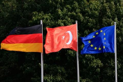 """Almanya'nın başkenti Berlin'de, Cumhurbaşkanı Recep Tayyip Erdoğan'ın ziyareti nedeniyle bazı cadde ve meydanlar bayraklarla süslendi. Cumhurbaşkanı Erdoğan'ın 27-29 Eylül tarihlerinde gerçekleştireceği """"devlet ziyareti"""" kapsamında başkent Berlin'deki Almanya Cumhurbaşkanlığı Sarayı Schloss Bellevue'nun bulunduğu Spreeweg Caddesi ile Zafer Anıtı'nın bulunduğu Grosser Stern Meydanı'na ve Almanya'nın sembolü olan Tarihi Brandenburg Kapısı'nın önündeki meydana Türk, Alman ve Avrupa Birliği'nin (AB) bayrakları asıldı."""