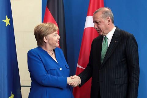 Türkiye Cumhurbaşkanı Recep Tayyip Erdoğan (sağda), Berlin'de Almanya Başbakanı Angela Merkel (solda) ile bir araya geldi. Cumhurbaşkanı Erdoğan ve Başbakan Merkel, görüşmenin ardından ortak basın toplantısı düzenledi.