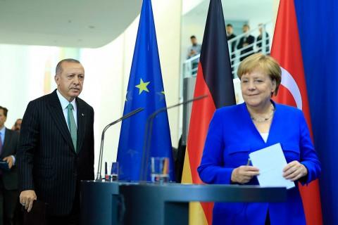 Türkiye Cumhurbaşkanı Recep Tayyip Erdoğan (solda), Berlin'de Almanya Başbakanı Angela Merkel (sağda) ile bir araya geldi. Cumhurbaşkanı Erdoğan ve Başbakan Merkel, görüşmenin ardından ortak basın toplantısı düzenledi.