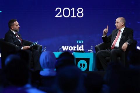 """Cumhurbaşkanı Recep Tayyip Erdoğan, TRT World Forum'da soruları yanıtladı. Erdoğan AB süreciyle ilgili; """"Bu mantıkla giderse AB konusunda bize düşen 81 milyona gidip onların kararına bakmak."""" diye konuştu."""