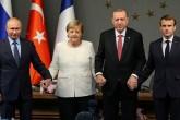 27 Ekim 2018 | İstanbul | Türkiye Cumhurbaşkanı Recep Tayyip Erdoğan'ın (sağ 2) ev sahipliğinde, Rusya Devlet Başkanı Vladimir Putin (solda), Fransa Cumhurbaşkanı Emmanuel Macron (sağda), Almanya Başbakanı Angela Merkel'in (sol 2) katılımıyla Vahdettin Köşkü'nde gerçekleştirilen Suriye konulu dörtlü zirvenin ardından liderler, basın toplantısı düzenledi. Liderler toplantının ardından gazetecilere poz verdi.