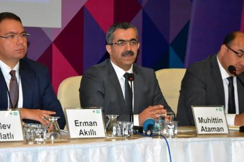 SETA Dış Politika Araştırmaları Direktörü ve Ankara Sosyal Bilimler Üniversitesi Öğretim Üyesi Prof. Dr. Muhittin Ataman (ortada)