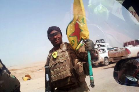 15 Mayıs 2017 | Rakka'da YPG flaması ve arması ile teröristlerle birlikte devriyesini sürdüren ABD askeri