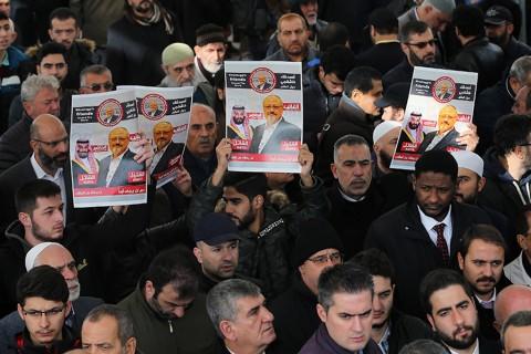 16 Kasım 2018 | Suudi Arabistan'ın İstanbul Başkonsolosluğu'nda öldürülen gazeteci Cemal Kaşıkçı için başta Fatih ve Kocatepe camileri olmak üzere bir çok camide cuma namazı sonrası gıyabi cenaze namazı kılındı.