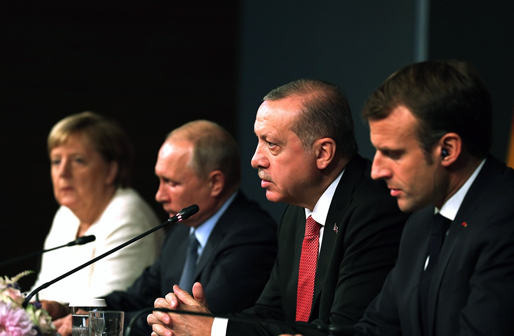 27 Ekim 2018 | Türkiye Cumhurbaşkanı Recep Tayyip Erdoğan'ın (sağ 2) ev sahipliğinde, Rusya Devlet Başkanı Vladimir Putin (sol 2), Fransa Cumhurbaşkanı Emmanuel Macron (sağda), Almanya Başbakanı Angela Merkel'in (solda) katılımıyla Vahdettin Köşkü'nde gerçekleştirilen Suriye konulu dörtlü zirvenin ardından liderler, basın toplantısı düzenledi.