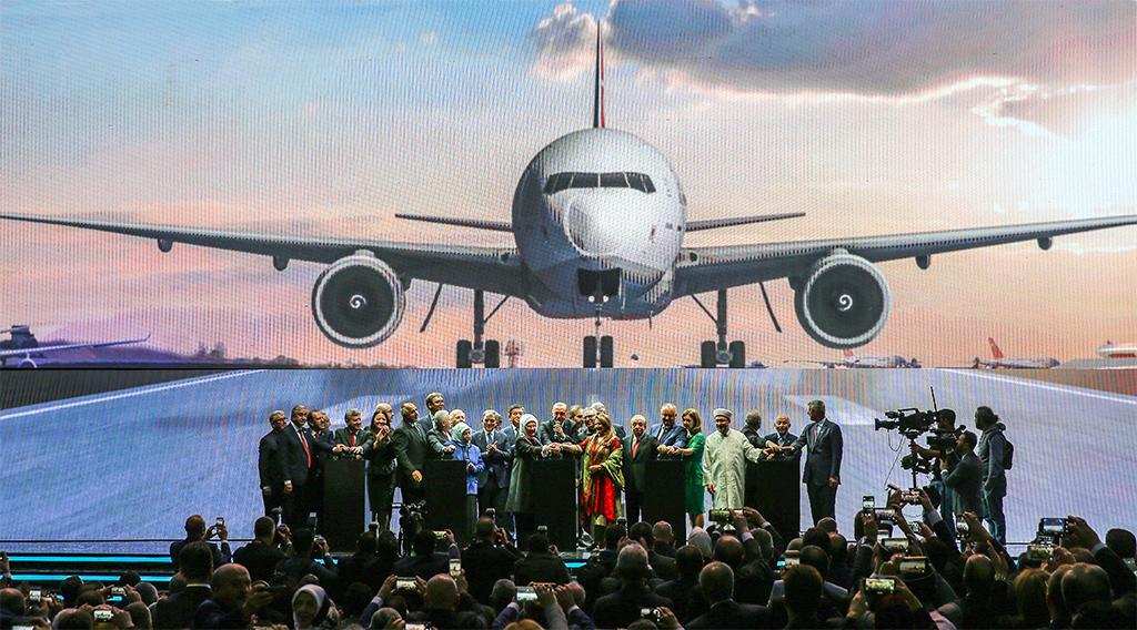 29 Ekim 2018 | Türkiye Cumhurbaşkanı Recep Tayyip Erdoğan, İstanbul Havalimanı'nın açılışında yaptığı konuşmanın ardından konuk liderleri sahneye davet ederek, fotoğraf çektirdi. Diyanet İşleri Başkanı Prof. Dr. Ali Erbaş'ın yaptırdığı açılış duasının ardından Cumhurbaşkanı Erdoğan ve beraberindeki liderler, kürsüdeki dümeni hareket ettirip dev ekrana simülasyonla yansıtılan uçağı havalandırarak, İstanbul Havalimanı'nın ilk fazının açılışını gerçekleştirdi. Türkiye Cumhurbaşkanı Erdoğan'ın eşi Enine Erdoğan,TBMM Başkanı Binali Yıldırım ve eşi Semiha Yıldırım, 11. Cumhurbaşkanı Abdullah Gül, Bulgaristan Başbakanı Boyko Borisov, Azerbaycan'da Milli Meclis Başkanı Oktay Asadov, Kırgızistan Cumhurbaşkanı Sooronbay Ceenbekov, Sırbistan Cumhurbaşkanı Aleksandar Vucic, Pakistan Cumhurbaşkanı Arif Alvi ve eşi Samina Alvi Moldova Cumhuriyeti Cumhurbaşkanı Igor Dodon ve eşi Galina Dodon, Bosna Hersek Başbakanı Denis Zvizdic, İGA Yönetim Kurulu Başkanı Mehmet Cengiz.