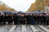 11 Kasım 2018 | 47 devlet başkanı, 23 hükümet başkanı, 15 uluslararası kuruluşun başkanı ve beraberindeki eşleri, kendileri için hazırlanan otobüslerle Şanzelize Caddesi'ne giderek Zafer Takı ile Meçhul Asker Anıtı'na yürüdü.