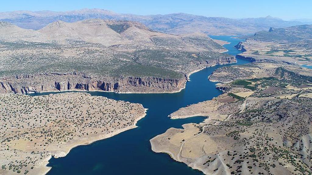 Murat ve Karasu nehirlerinin birleşmesiyle oluşan, Ortadoğu'nun en uzun akarsuyu Fırat, Türkiye'nin yanı sıra Suriye ve Irak'a da hayat veriyor.