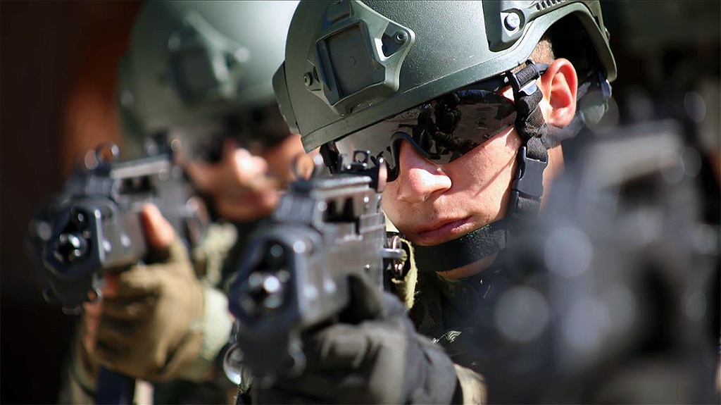 """Türk ordusunun terörle mücadelede """"profesyonel"""" kısmını oluşturan sözleşmeli erler, Isparta'daki Terörizmle Mücadele Eğitim ve Tatbikat Merkezinde 11 haftalık yoğun bir komando eğitiminden geçerek, terör örgütlerinin korkulu rüyası haline geliyor."""