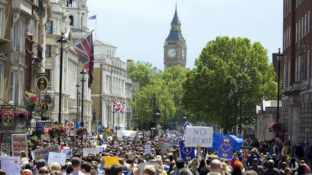 İngiltere, Haziran 2016'da yapılan referandumla yüzde 48'e karşı yüzde 52 oyla AB'den ayrılma kararı almış, 29 Mart 2017'de de Lizbon Anlaşması'nın 50. maddesini işleterek ayrılık sürecini resmen başlatmıştı. İngiltere'de yayımlanan son ankete göre halkın yüzde 78'i hükümetin Avrupa Birliği'nden (AB) ayrılma sürecini (Brexit) kötü yönettiğini düşünürken, yüzde 50'si de Brexit için yeni bir referandum yapılmasını istedi.