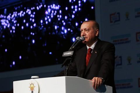 Cumhurbaşkanı Erdoğan, 31 Mart'ta yapılacak yerel seçimlerde yarışacak partisinin 14 büyükşehir ve 26 il belediye başkan adayını açıkladı. Buna göre, yerel seçimde AK Parti'den aday gösterilen isimler ve iller, açıklanan sıraya göre şöyle: 1- Adıyaman Belediye Başkan adayı Süleyman Kılınç 2- Amasya Belediye Başkan adayı Cafer Özdemir 3- Antalya Büyükşehir Belediye Başkan adayı Menderes Türel 4- Ardahan Belediye Başkan adayı Yunus Baydar 5- Artvin Belediye Başkan adayı Mehmet Kocatepe 6- Bartın Belediye Başkan adayı Yusuf Ziya Aldatmaz 7- Batman Belediye Başkan adayı Murat Güneştekin 8- Bayburt Belediye Başkan adayı Fatih Yumak 9- Bitlis Belediye Başkan adayı Nesrullah Tanğlay 10 - Bolu Belediye Başkan adayı Fatih Metin 11- Burdur Belediye Başkan adayı Deniz Kurt 12- Bursa Büyükşehir Belediye Başkan adayı Alinur Aktaş 13- Denizli Büyükşehir Belediye Başkan adayı Osman Zolan 14- Diyarbakır Büyükşehir Belediye Başkan adayı Cumali Atila 15- Düzce Belediye Başkan adayı Faruk Özlü 16- Elazığ Belediye Başkan adayı Şahin Şerefoğulları 17- Erzurum Büyükşehir Belediye Başkan adayı Mehmet Sekmen 18- Gaziantep Büyükşehir Belediye Başkan adayı Fatma Şahin 19- Giresun Belediye Başkan adayı Aytekin Şenlikoğlu 20- Gümüşhane Belediye Başkan adayı Ercan Çimen 21- Hakkari Belediye Başkan adayı Cüneyt Epcim 22- Kahramanmaraş Büyükşehir Belediye Başkan adayı Hayrettin Güngör 23- Karabük Belediye Başkan adayı Burhanettin Uysal 24- Kastamonu Belediye Başkan adayı Tahsin Babaş 25- Kayseri Büyükşehir Belediye Başkan adayı Memduh Büyükkılıç 26- Kırıkkale Belediye Başkan adayı Mehmet Saygılı 27- Kırklareli Belediye Başkan adayı Burak Süzülmüş 28- Kilis Belediye Başkan adayı Mehmet Abdi Bulut 29- Kocaeli Büyükşehir Belediye Başkan adayı Tahir Büyükakın 30- Malatya Büyükşehir Belediye Başkan adayı Selahattin Gürkan 31- Nevşehir Belediye Başkan adayı Rasim Arı 32- Niğde Belediye Başkan adayı Emrah Özdemir 33- Ordu Büyükşehir Belediye Başkan adayı Hilmi Güler 34- Rize Belediye Başkan adayı Rahmi 