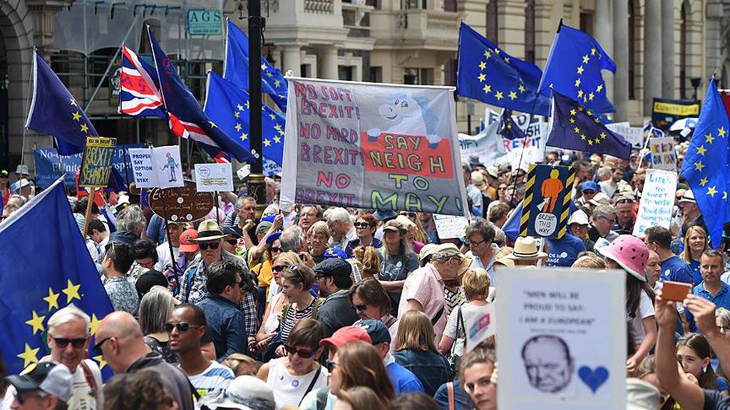 Londra'da Brexit karşıtı gösteri | İngiltere, Haziran 2016'da yapılan referandumla yüzde 48'e karşı yüzde 52 oyla AB'den ayrılma kararı almış, 29 Mart 2017'de de Lizbon Anlaşması'nın 50. maddesini işleterek ayrılık sürecini resmen başlatmıştı. İngiltere'de yayımlanan son ankete göre halkın yüzde 78'i hükümetin Avrupa Birliği'nden (AB) ayrılma sürecini (Brexit) kötü yönettiğini düşünürken, yüzde 50'si de Brexit için yeni bir referandum yapılmasını istedi.