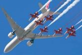 Türk Yıldızları NF-5 2000 jetleri ve THY'nin Boeing 777 uçağı, İstanbul Yeni Havalimanı'nda birlikte bir gösteri uçuş gerçekleştirdi.