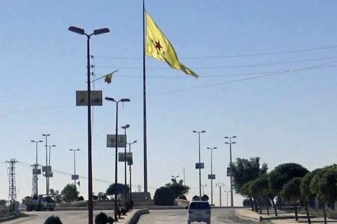 20 Kasım 2018 | AA, Suriye'de Fırat'ın doğusundaki Tel Abyad ilçesinde terör örgütü YPG/PKK işgalini görüntüledi. İlçe nüfusunu oluşturan Araplar, teröristlerin astığı sözde Kürdistan bayrağının önünde kontrolden geçiriliyor.