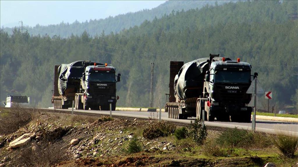 28 Aralık 2018 | Suriye sınırındaki birliklere takviye amacıyla bir süre önce Hatay'a getirilen tankları taşıyan askeri araçlar, Gaziantep'e doğru hareket etti. (AA)