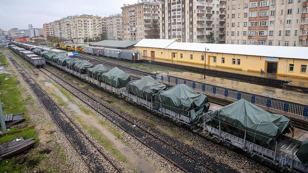 28 Aralık 2018 | Suriye sınırına askeri sevkiyat sürüyor. Tekirdağ'dan yüklenen çok sayıda askeri aracın bulunduğu tren Diyarbakır'a ulaştı. (AA)