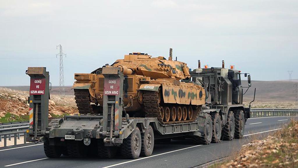 29 Aralık 2018 | Türkiye'deki farklı birliklerinden Suriye sınırındaki birliklere takviye amacıyla gönderilen askeri araçlardan oluşan konvoy, Şanlıurfa'nın merkez Haliliye ilçesinde bulunan 20. Zırhlı Tugay Komutanlığına giriş yaptı. (AA)