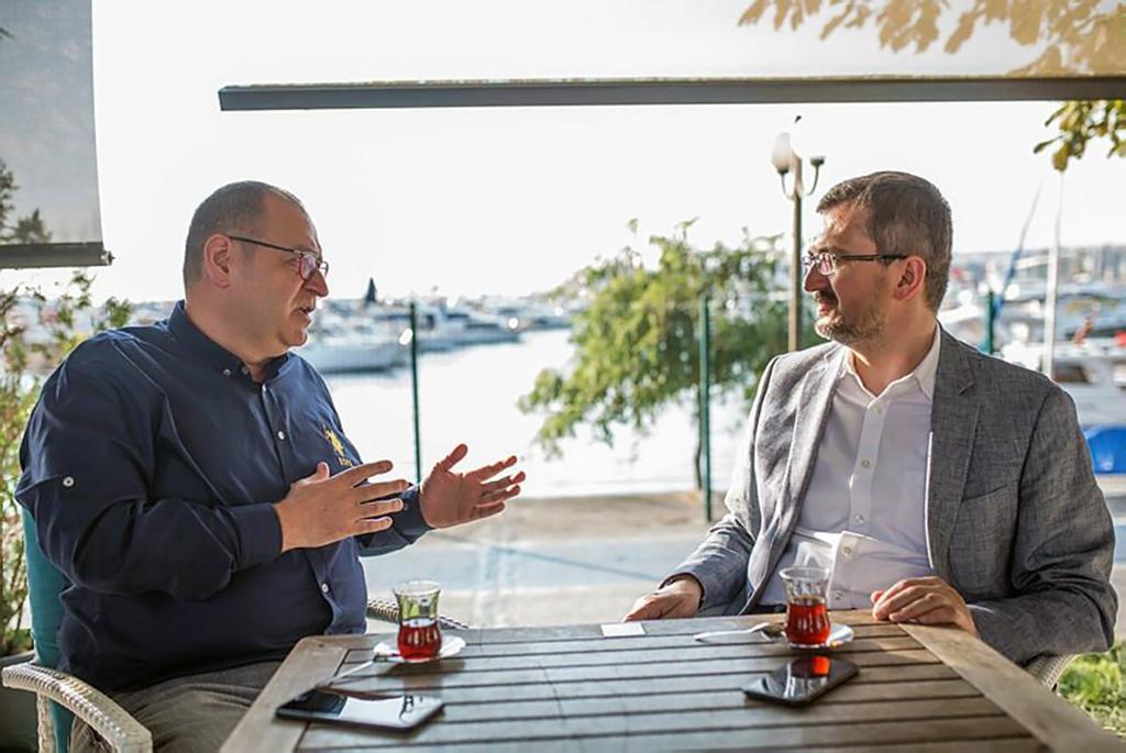 SETA Genel Koordinatörü Prof. Dr. Burhanettin Duran (sağda) ve gazeteci İsa Tatlıcan.