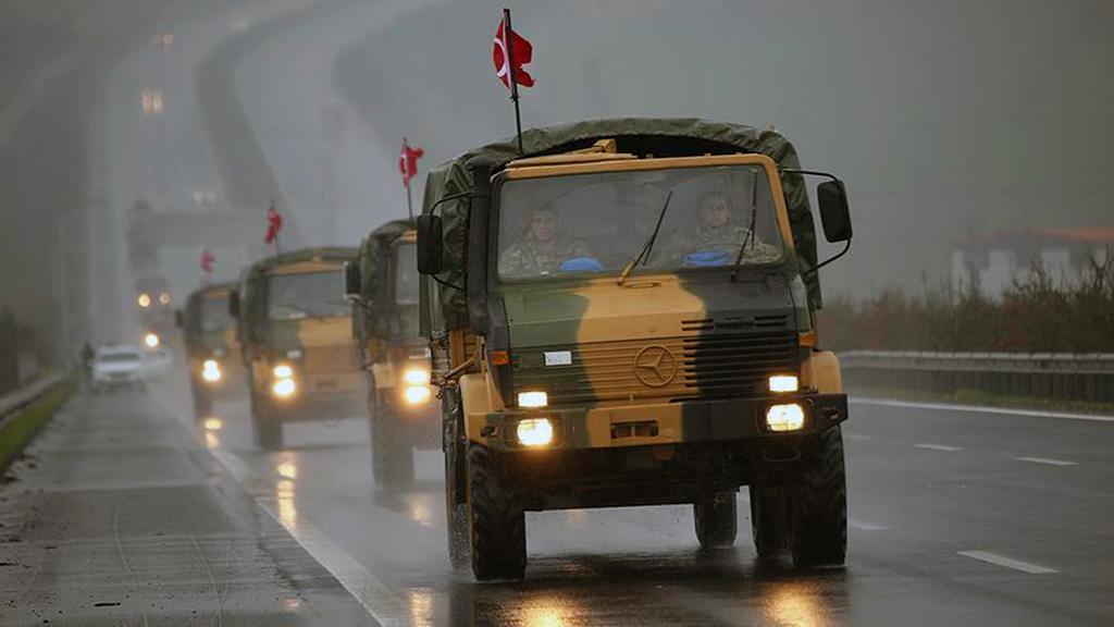 4 Ocak 2018 | Suriye sınırına askeri sevkiyat sürüyor. Kilis'ten Suriye sınırındaki birliklere takviye amaçlı gönderilen askeri araçlar Gaziantep'e ulaştı. (AA)