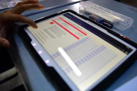 Öğrenci ve tablet bilgisayarı