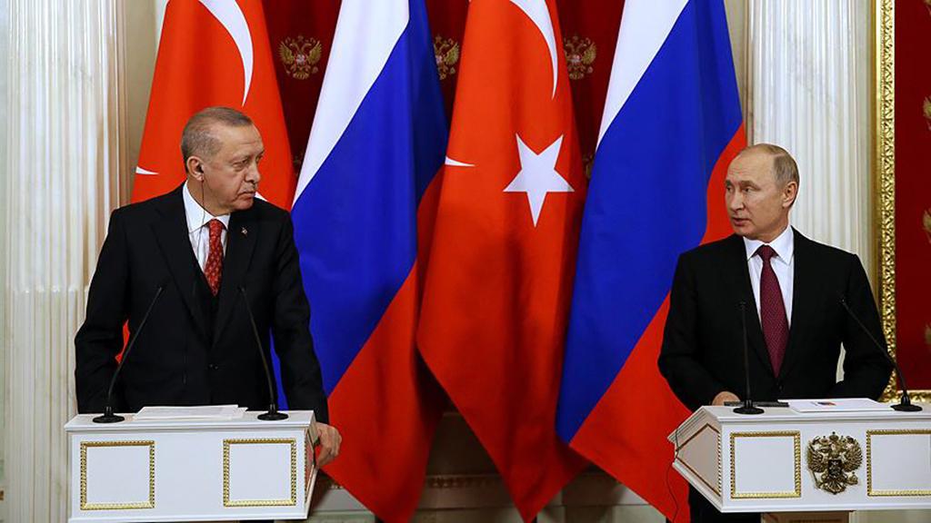 25 Ocak 2019 | Türkiye ve Rusya arasındaki görüşmelerle yeniden gündeme gelen Adana Mutabakatı, Şam yönetimine, Suriye topraklarından kaynaklanan terör faaliyetlerinin Türkiye'nin güvenlik ve istikrarını önlemesi için önemli sorumluluklar yüklüyor.  Rusya Devlet Başkanı Vladimir Putin, önceki gün Moskova'da Cumhurbaşkanı Recep Tayyip Erdoğan ile düzenledikleri ortak basın toplantısında, 1998'de yapılan anlaşmanın Türkiye'ye, terörle mücadelede büyük katkı sağlayabileceğini ifade etti.  Erdoğan'ın, dünkü açıklamasında Adana Mutabakatı'nın ısrarla üzerinde durulması gerektiğini vurgulaması, Ankara ve Şam yönetimleri arasında 20 Ekim 1998'de imzalanan mutabakatı yeniden gündeme geldi. (AA)