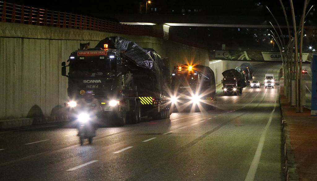 1 Ocak 2019 | Suriye sınırına askeri sevkiyat devam ediyor. Obüs, tank, zırhlı personel taşıyıcı ve mühimmat yüklü tırlardan oluşan konvoy Şanlıurfa'ya geldi. (AA)