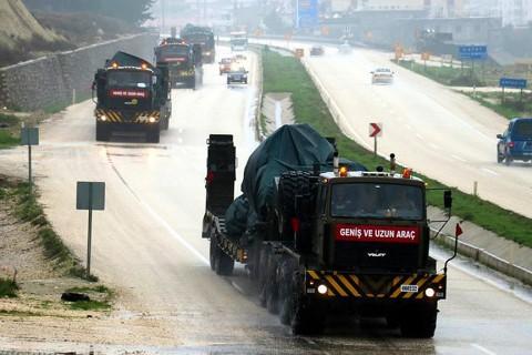 Suriye sınırındaki birliklere takviye amacıyla bir süre önce Hatay'a gelen zırhlı personel taşıyıcılar ile tank yüklü askeri araçlar, Kilis'e doğru hareket etti. (AA)