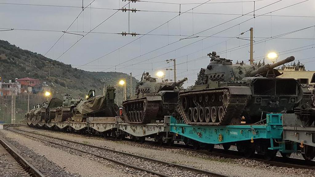 11 Ocak 2019 | Suriye sınırına askeri sevkiyat devam ediyor. Kocaeli'den yüklenen çok sayıda askeri aracın bulunduğu tren Gaziantep'e ulaştı. (AA)