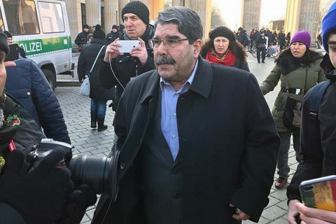 Terör örgütü PYD'nin sözde lideri Salih Müslim (ortada).