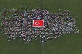 """Kağıthane'de """"Bin Minik El Bir Ayak"""" projesi kapsamında, bin 299 öğrenciyle dokunan """"en büyük el dokuma Türk bayrağı"""", 2 bin çocukla oluşturulan Türkiye haritası kareografisinin ortasında sergilendi."""
