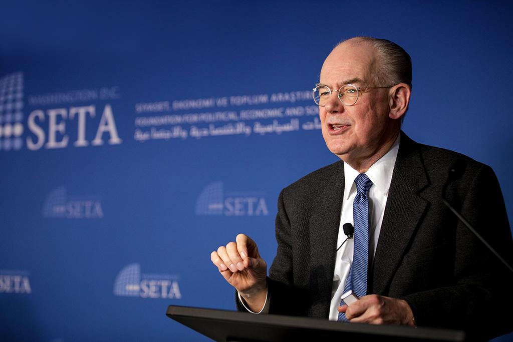 """Siyaset, Ekonomi ve Toplum Araştırmaları Vakfı Washington Ofisi (SETA DC) tarafından düzenlenen panele katılan Dünyaca ünlü uluslararası ilişkiler kuramcısı John Mearsheimer (fotoğrafta), ABD'nin dış politikasını ve """"liberal hegemonyanın çöküşünü"""" değerlendirdi."""